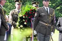 Součástí pietní vzpomínky k 67. výročí vyhlazení Lidic bude i tradiční kladení věnců u hromadného hrobu.