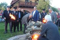 Masarykovu vatru zapálil prezident také Miloš Zeman a Karel Schwarzenberg.