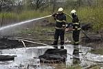 V areálu bývalé Poldovky v Kladně někdo zapálil skládku asi pět stovek pneumatik.