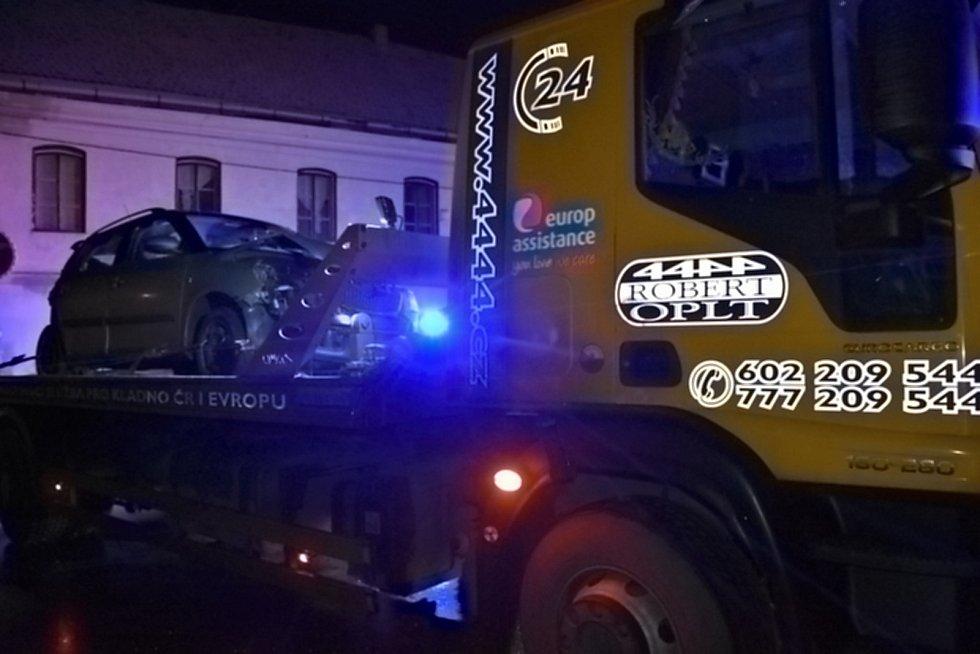 Ve Šlapanicích se srazila tři auta, jedno smetlo dvě školačky, zranění jsou vážná. Foto: Jitka Krňanská