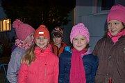 Mnoho lidí se na zpívání koled sešlo také v areálu tuchlovické základní školy.