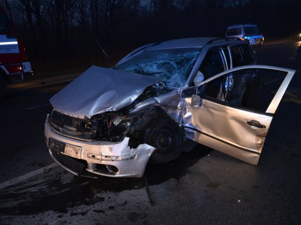 Nehodu tří aut způsobil řidič Alfy Romeo, který ujížděl policejní hlídce. Auto začalo po nehodě hořet.
