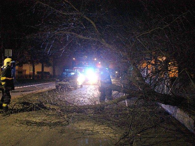 Zásah hasičů v Mírové ulici ve Slaném. Strom zde zbořil plot.