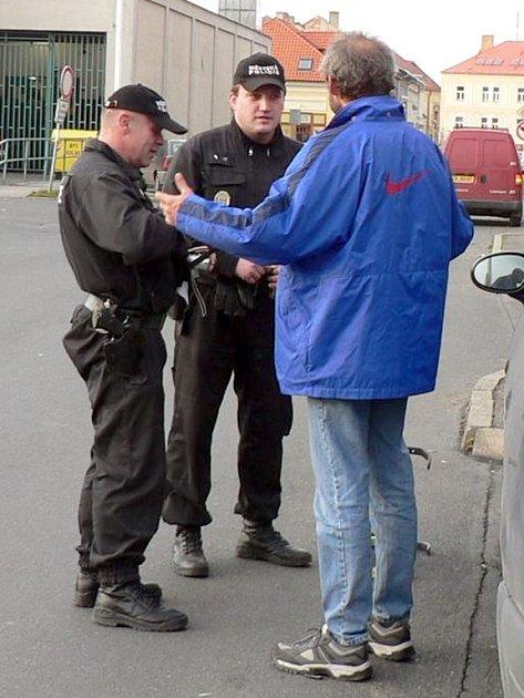 Všední službu strážníků, která obvykle obnáší kontrolu špatně parkujících vozidel, čas od času zpestří například skupina ozbrojených vojáků v ulicích, nebo zakuklený muž na poště.