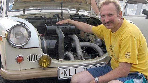 Motorista Martin Štefl je na svého bakelitového miláčka z roku 1963 právem pyšný.