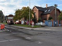 Opravy v ulici Dr. Foustky zahájili v pondělí. Do všeho měli v ulici práci i hasiči, kteří jeli likvidovat zapálený odpad před jedním z domů.