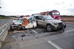 Na místě se střetla tři osobní vozidla: Fiat Punto, Suzuki Vitara a BMW X5.