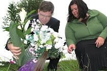 Při návštěvě Kmetiněvsi ministr spravedlnosti položil květiny na místo, kde byla mrtvá dívka nalezana