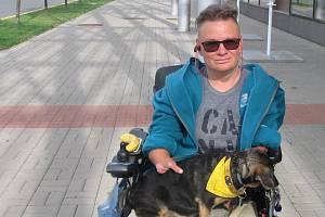 I přes svůj tělesný handicap je Mirka Šindelářová spokojena a snaží se trávit svůj čas aktivně. Foto: Luboš Hora