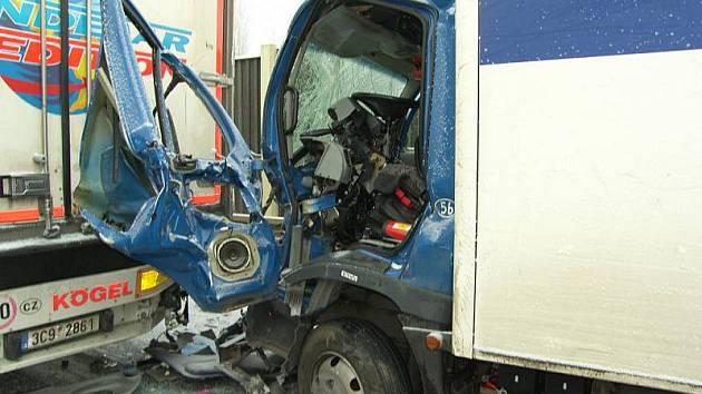 Nehoda na silnici I/16 u Velvar se stala ráno po páté hodině. Provoz na komunikaci byl obnoven až po jedenácté hodině.