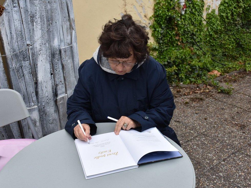 Autogramiáda Emilie Milerové v Zámecké zahradě v Kladně.