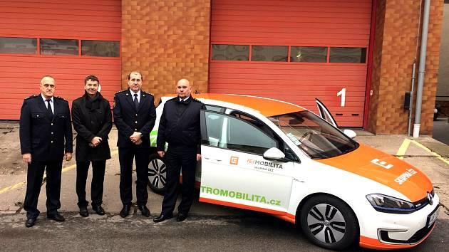 Hasiči testují nový elektromobil.