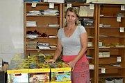 Ekonomka Lenka Brahová ze 3. ZŠ  ve Slaném představuje barevnou krabici od Nakladatelství Fraus plnou pomůcek. Tu dostane každý prvňák.