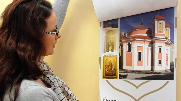 RENATA VRCHOTOVÁ představuje letošní kladenský nástěnný kalendář. V případě zájmu je k dostání v městském infocentru.