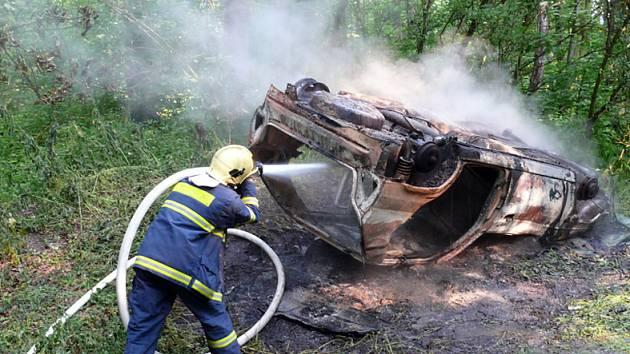 Z auta zbyl po požáru jenom skelet.