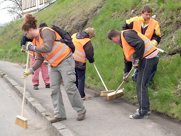Nová úklidová četa složena z handicapovaných občanů Kladna se pustila do úklidu v ulici Dukelských  hrdinů.