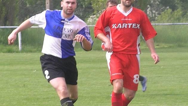 Mladší z bratrského duea Dudů Jaroslav (vpravo) bojuje s domácím bekem Zdeňkem Šuldou.