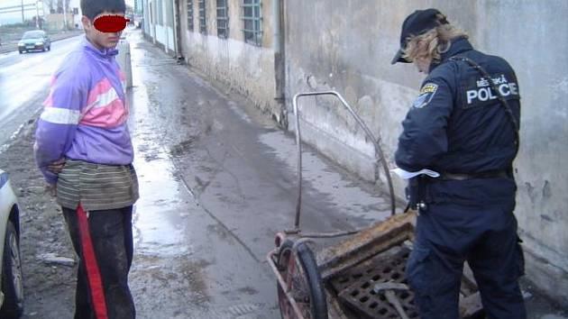 Nezletilí nejčastěji poškozují veřejně prospěšná zařízení a mladistvé strážníci a policie přichytí u krádeže železného šrotu.