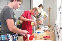 ČTVRTEČNÍ DOPOLEDNE strávili kluci a děvčata z Junior univerzity v nanotechnologických laboratořích kladenské Fakulty biomedicínského inženýrství ČVUT. Prováděli zde zajímavé pokusy