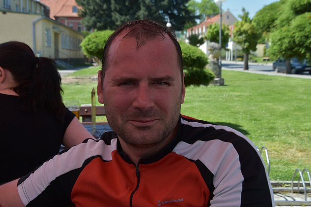 Cyklista Karel zKladna Lány jen projížděl, jednoznačný názor na Kajínkovo propuštění. Nelíbí se mu, že by to mohla být podpora prezidentské kampaně.