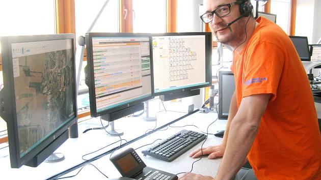 JIŘÍ TIŠER pracuje v operačním středisku středočeské záchranné služby dva roky. Na nové prostory a především přístroje se už velmi těší. Nejvíce si pochvaluje vylepšené a přehlednější mapy.