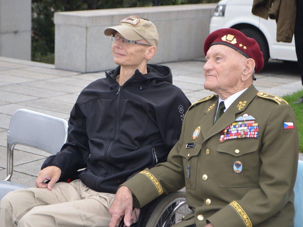 JIŘÍ SCHAMS (vlevo) a generál Jaroslav Klemeš na pražském Vítkově v říjnu loňského roku.