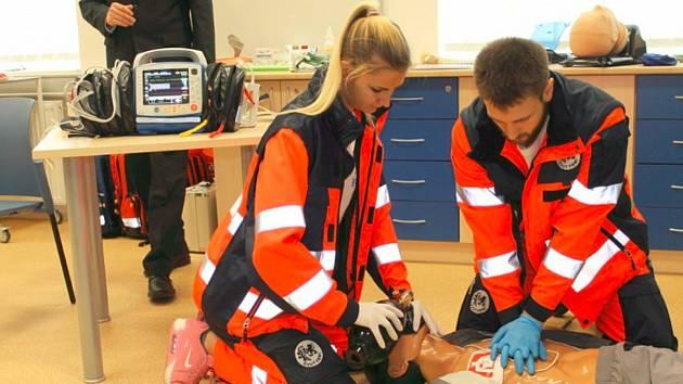 Studenti kladenské biomedicíny dostali vloni k výuce speciální defibrilátor. V pátek se dočkají plastinovaných lidských těl, na kterých se budou učit.