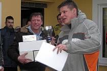 Pohár pro vítěze 11. ročníku Silvestrovského loučení je v držení Slánské stavební.