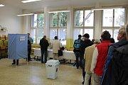 Volební místnost v budově Střední průmyslové školy a Vyšší odborné školy Kladno.