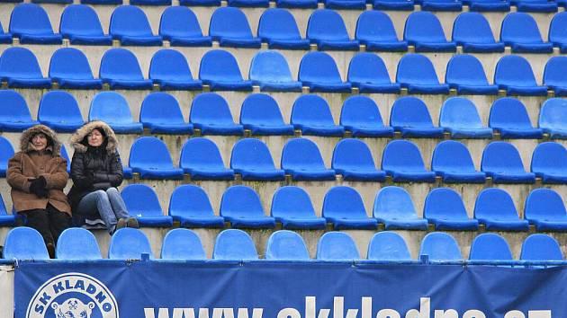 2 divačky z 250 přítomných. SK, byť se mu v posledních letech nedaří, by zasloužil návštěvu vyšší, je to přecejen první tým Kladenska //   SK Kladno - Králův Dvůr  2:1 (0:1) , utkání 16 k. CFL. ligy 2011/12, hráno 26.11.2011