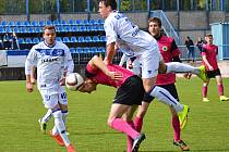 SK Kladno (v bílém) nečekaně doma přemohlo třetí tým divizní tabulky - Litoměřice 2:1. Na soupeře naskočil D. Šíma.