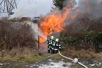 Požár stavební buňky na kladenském hřišti.