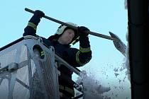 Ve dnech, kdy teplota stoupá nad nulu mají kladenští hasiči plné ruce práce s odstraňováním nebezpečných rampouchů a sněhu ze střech domů. Ve středu například zasahovali na budově arciděkanství v Kladně.