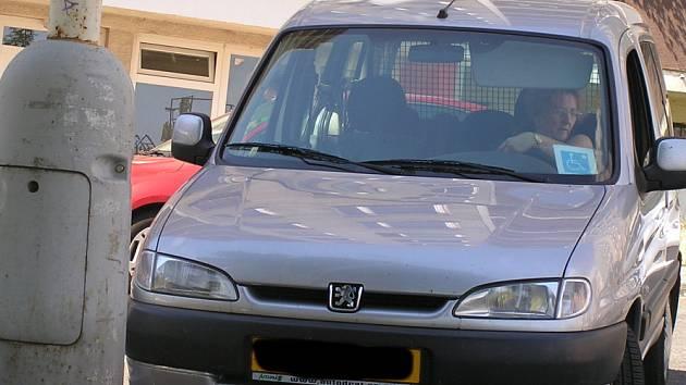 Automobil Ivy Cvernové  se porouchal poté, co natankovala levnější naftu. Byla nekvalitní? Vedoucí sítě čerpacích stanic to rezolutně odmítá.