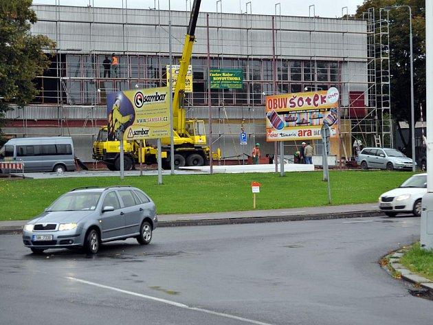 Rekonstrukce sportovní haly by měla být hotova do konce října a prý už také byla schválena dotace na opravu haly Bios. Jak ale bude vypadat nový zimní stadion, se ukáže až po volbách