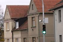 Jestliže auta  jedou předepsanou rychlostí, svítí na semaforu zelená.