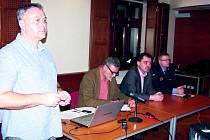 MÍSTOSTAROSTOVÉ SLANÉHO Jaroslav Hložek, Maritn Hrabánek, šéf odboru Tomáš Černický (vlevo) a vedoucí MP Slaný Pavel Štěpánek při setkání s občany ve slánském Grandu na téma problematika dopravy.