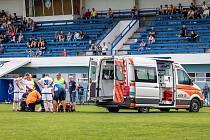 Divizní překvapení: Slaný (v bílém) přehrálo Český Brod 2:0. Poté, co Trnkovi zlomil Ceccarelli nohu, čekalo se dlouho na sanitku.