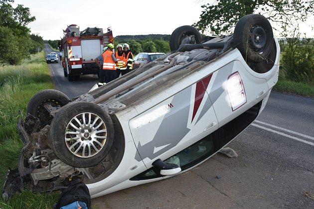 Na místo nehody vyrazili jako první hasiči.