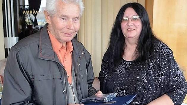 LUDVÍK DAROVEC při převzetí medaile Československé obce legionářské v doprovodu předsedkyně ČsOL Kladno Evy Armeanové.