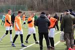 V přípravném zápase v Rynholci nečekaně vyhrálo Hořovicko (v oranžovém) nad o soutěž výš hrající Hostouní 3:0.