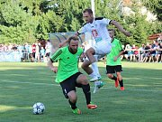 Velvary (v zeleném) prohrály v MOL Cupu s Hradcem Králové 0:1. Vlevo domácí opora Budějský