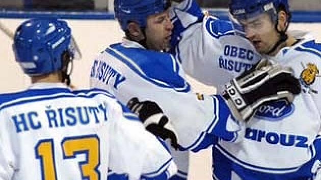 Osmkrát se hokejisté Řisut včera radovali ze vstřelené branky.