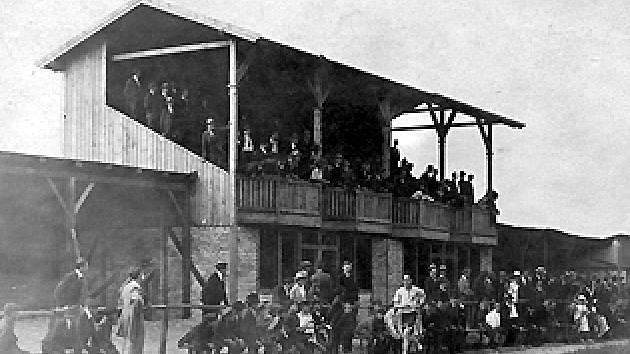 Atletické závody na hřišti SK Kladno (s tribunou Joe Jahelky v roce 1918.