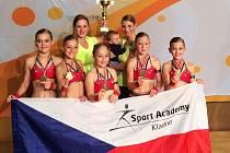 Sport Academy Kladno, nahoře trenérky Klára a Jindřiška Proškovy.