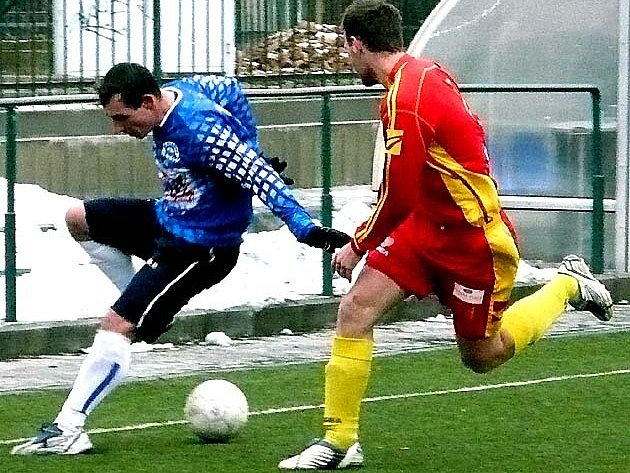 Kladenský útočník Michal Zachariáš v souboji s hráčem Dukly.