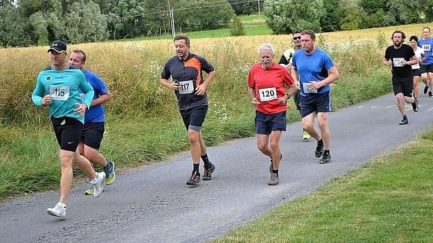 Závodníci vyběhli na haldu už pošesté. Mezi závodníky nechyběl ani politik a bývalý starosta Kolína, Vít Rakušan