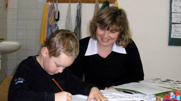 Budoucího prvňáka Jiřího Plecitého u zápisu vyzkoušela paní učitelka Kalinová.