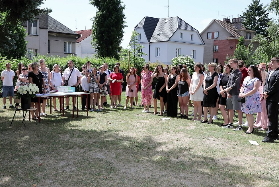Střední odborná škola a Střední odborné učiliště na náměstí Edvarda Beneše v Kladně, předání vysvědčení.