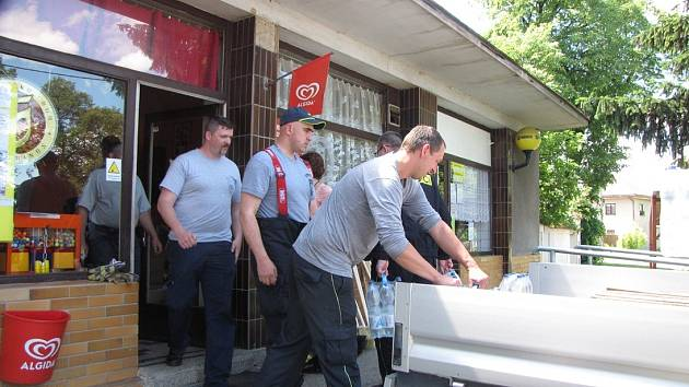 OBEC TUHAŇ na Mělnicku postihly povodně v roce 2002 i nyní. Společnost Alpiq hledala konkrétní pomoc nějaké vesnici, která stojí na okraji mediálního zájmu. Ve spolupráci s Kladenským a Mělnickým deníkem padla volba právě na Tuhaň.